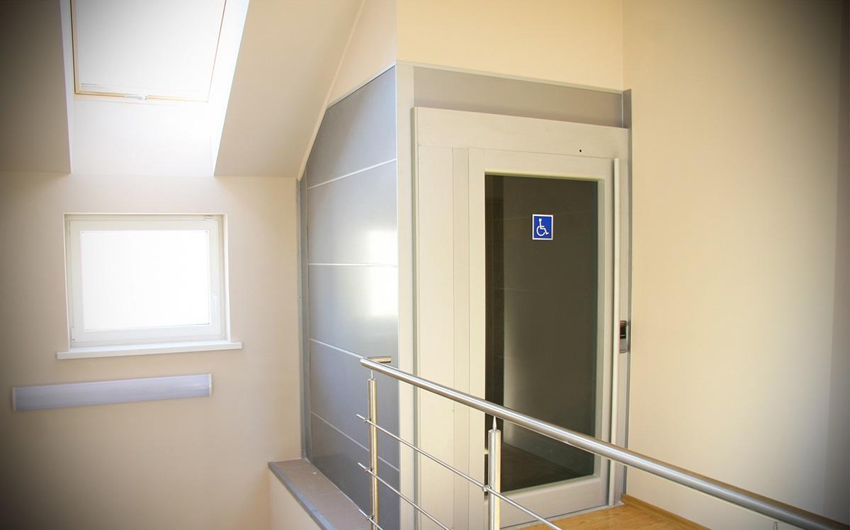 Podnośnik platformowy dla niepełnosprawnych SB200 PLUS (do 13 metrów podnoszenia)